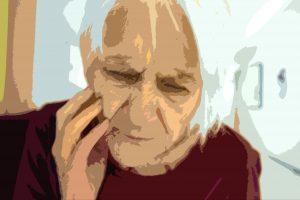 Personne âgée qui semble confuse et semble avoir des problèmes d'Alzheimer