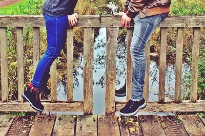 Personnes en équilibre sur une rampe en bois avec risques de douleur sciatique