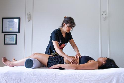 Cynthia Ostéo faisant quelques manoeuvres ostéopathiques sur une cliente